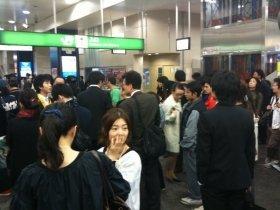 JR高円寺駅の改札前で、列車の運行再開を待つ通勤客たち