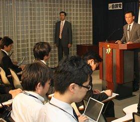 パソコンで一心不乱にメモする記者たちに語りかける谷垣禎一総裁
