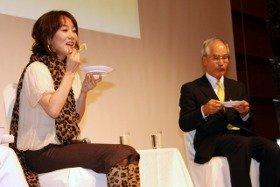 自らが考案した料理を試食する木佐彩子さん(左)と浦野光人・日本冷凍食品協会会長