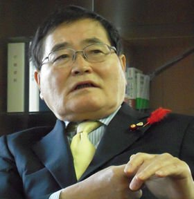 郵政改革の閣議決定後、会見する亀井静香郵政・金融担当相