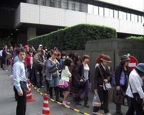 裁判所前には傍聴席求めて多くの人が駆けつけた