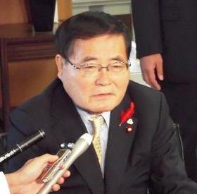 日本郵政次期社長の名前を公表した会見で、亀井静香郵政・金融担当相は「斎藤さんは私の長年の友人」と述べ、親密な関係を強調した