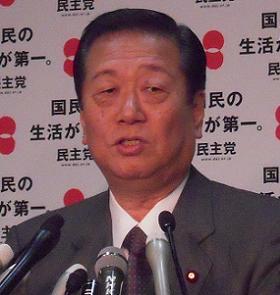 定例記者会見に臨む小沢一郎幹事長