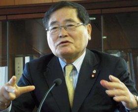 記者会見で説明する亀井静香郵政・金融担当相