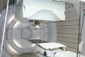 陽子線治療の装置はかなり大掛かりなものだ(写真は診察台の部分)