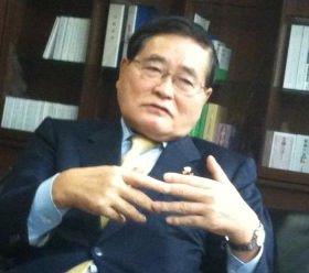 「役人は優秀だ」と述べる亀井静香郵政・金融担当相。自身も元警察官僚だ。