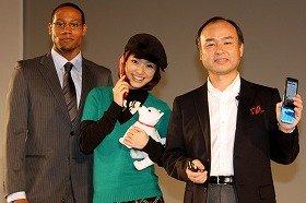 左から「お兄ちゃん」ことダンテ・カーヴァーさん、上戸彩さん、孫正義社長