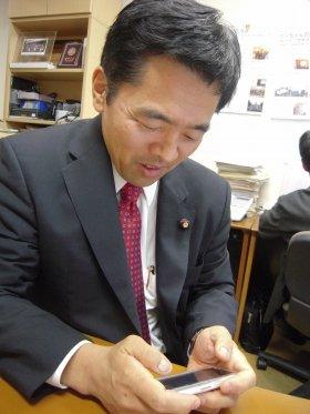 iPhoneでツイッターに投稿する藤末健三参院議員