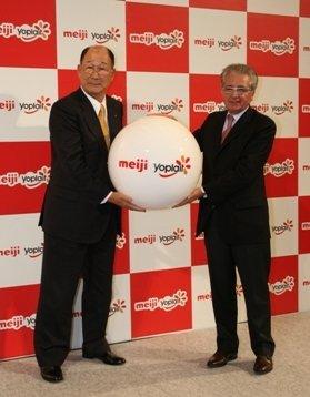 新ブランド「meiji Yoplait」を発表する浅野社長(左)とルシアン・ファCEO