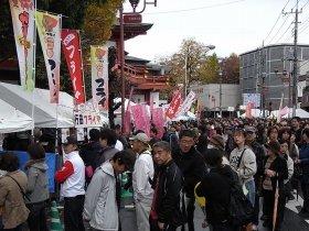 埼玉県秩父市で行われた「第5回 埼玉B級ご当地グルメ王決定戦」の様子。人気のブースでは1時間以上待つ人もいた
