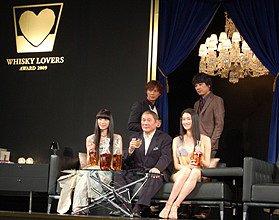「ウイスキー・ラバーズ・アワード2009」で表彰された前列の栗山千明さん、北野武さん、小雪さんと、後列の成宮寛貴さん、山崎まさよしさん