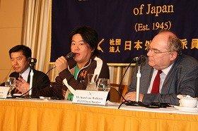 検察批判を繰り広げる郷原信郎氏、堀江貴文氏、カレル・ヴァン・ウォルフレン氏(左から)