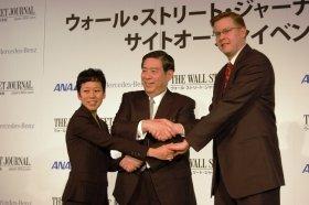 がっちり握手するWSJジャパンの幹部(左から、小野編集長、北尾代表取締役、トッド・ラーセン取締役)