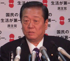 定例会見で記者の質問に答える小沢一郎幹事長