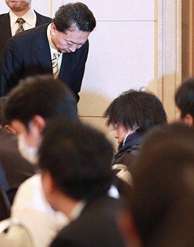 報道陣に頭を下げる鳩山由紀夫首相