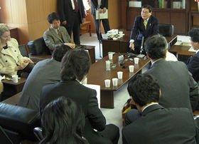 亀井静香金融相の「第2会見」は大臣室で開かれている<
