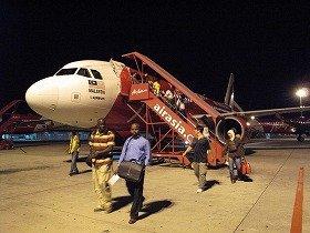 「エアアジア」拠点空港は、飛行機からターミナルまで数百メートル歩くのが特徴だ