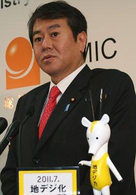 新聞・テレビの「クロスオーナシップ禁止」の法制化を表明した原口一博総務相(写真は1月12日撮影)