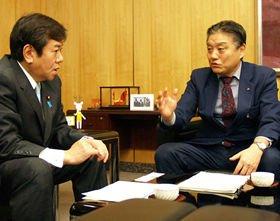 原口一博総務相(左)に「住基ネット離脱」の考えを伝える河村たかし名古屋市長