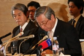 記者会見に臨むJALの西松遙前社長(左は企業再生支援機構の西沢宏繁社長)