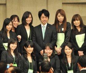 党大会終了後、記念撮影に応じる進次郎議員。(代表撮影:山本宏樹)