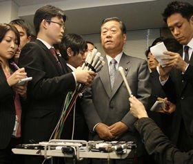不起訴が決まったあと、記者団のインタビューに応じる民主党の小沢一郎幹事長