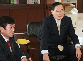郵政民営化見直しの素案を発表する亀井静香郵政相(右)と原口一博総務相