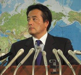 閣議後のぶら下がり取材に応じないことを表明した岡田克也外相(写真は09年12月撮影)