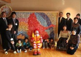 「羽ばたく願い」をつくった子どもたちとの贈呈式(日本マクドナルドの「ハッピーおりづるプロジェクト」)