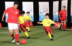 元サッカー日本代表に挑む少年チーム。試合は3-2で少年チームが勝った