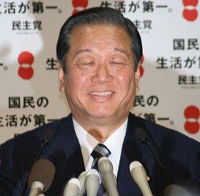 記者会見で笑みをこぼす小沢一郎幹事長