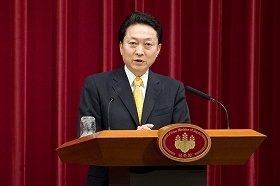 鳩山首相と亀井氏との「水掛け論」はどうなるか(代表撮影)