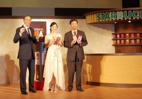 ドリップコーヒーと「変わらない」味わいのステックコーヒー(写真左からシュルツCEO、寺島しのぶさん、岩田松雄スターバックスジャパンCEO)