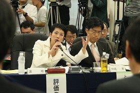 左から「仕分け人」蓮舫参院議員と、田島要衆院議員。手前は説明者(JICA)側