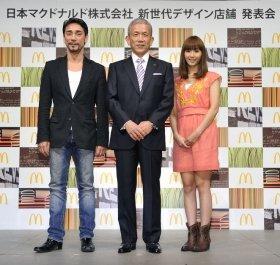 左から、クリス・ペプラ―さん、原田泳幸社長、藤本美貴さん