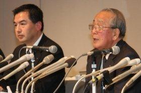 事業規模の大幅削減について説明する大西賢社長(左)と稲盛和夫会長(右)