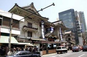 閉場前に一目見ようと人が集まる歌舞伎座
