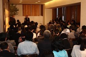 約70人の市民を前に「オープン会見」が行われた