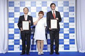 5月21日は「ニキビの日」。CMキャラクターの柳原さんと認定証をもつ両社幹部