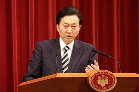 記者会見で閣議決定を発表する鳩山由紀夫首相(代表撮影)