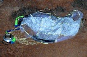 オーストラリア南部の砂漠で発見された「はやぶさ」のカプセルとパラシュート=JAXA提供