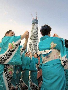 「東京スカイツリー音頭」を踊る「舞の会」インターナショナルの皆さん