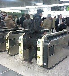 駅の改札を抜けるのも、「電子決済」が当たり前になった