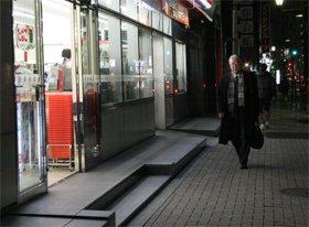セブン-イレブンの麹町駅前店では、09年6月から医薬品を販売している