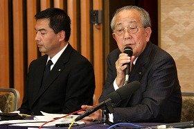 記者会見に臨むJALの大西賢社長(左)と稲盛和夫会長(右)