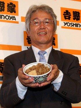 新メニュー「牛鍋丼」を手にする吉野家・安部修仁社長