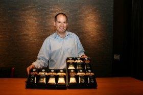 ギフト用に発売した「スターバックス オリガミ(R) パーソナルドリップTMコーヒー」(写真は、スターバックスのディレクター、ポール・クラフト氏)