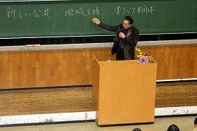 東京大学で講演する鳩山由紀夫前首相。自ら「新しい公共」「地域主権」「東アジア共同体」と板書した