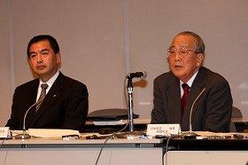 記者会見に臨む大西賢社長(左)と稲盛和夫会長(右)