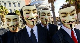 2008年、抗議行動に参加した「アノニマス」のメンバー  (C)Vincent Diamante (Wikimedia Commonsより)